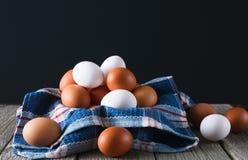 Verse kippen bruine eieren op rustiek hout bij zwarte achtergrond, de organische landbouwconcept Royalty-vrije Stock Foto's