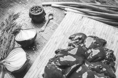 Verse kippenlever, ui, dille, zwarte peper op een houten achtergrond Royalty-vrije Stock Afbeelding