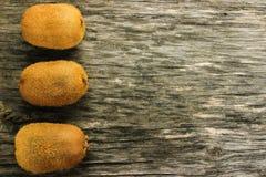 Verse kiwi op een grijze houten lijst stock foto