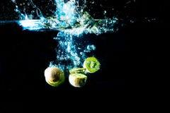 verse kiwivruchten op een donkere achtergrond, vitaminen van aard Stock Fotografie