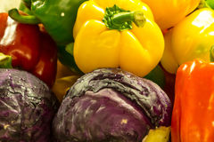 Verse kleuren paprika, purpere bloemkoolmengeling in markt Royalty-vrije Stock Foto's