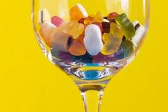 Verse kleurrijke gelei in glasplaat met fruit stock fotografie