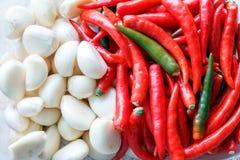 Verse knoflook en Spaanse pepers Royalty-vrije Stock Foto