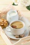 Verse koffie met kaneel, melk, suiker en koekjes Royalty-vrije Stock Afbeeldingen