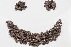 Verse Koffiebonen in de vorm van Smiley Face stock afbeelding