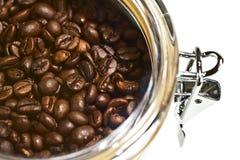 Verse koffiebonen in luchtdicht stock afbeeldingen