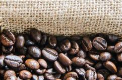 Verse koffiebonen, selectieve nadruk Stock Afbeeldingen