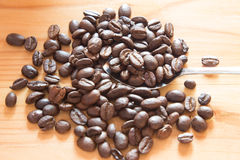Verse koffieboon na geroosterd op houten lijst Stock Foto