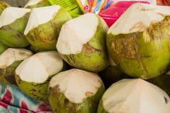 Verse kokosnoten in de markt Tropisch vers fruit Stock Afbeelding