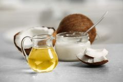 Verse kokosnotenolie in glaswerk royalty-vrije stock foto