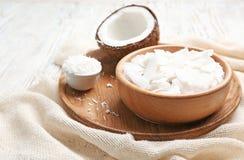 Verse kokosnotenvlokken in kommen stock afbeelding