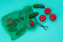 Verse komkommers en tomaten die van netto winkelen uitvallen stock afbeeldingen