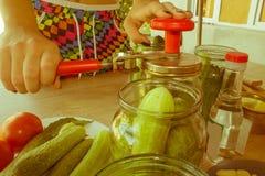 Verse komkommers in kruiken Proces van komkommerbehoud stock fotografie