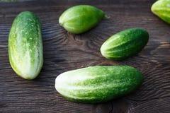 Verse komkommers op de houten lijst Stock Afbeeldingen