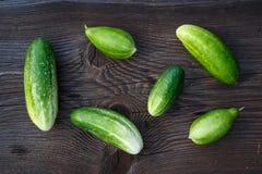 Verse komkommers op de houten lijst Stock Fotografie