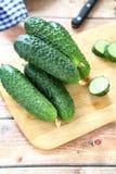 Verse komkommers op de scherpe raad Stock Foto