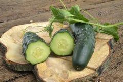 Verse komkommers op houten achtergrond Stock Fotografie