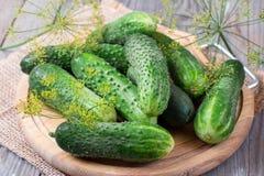 Verse komkommers op houten achtergrond Gehele komkommers Royalty-vrije Stock Foto