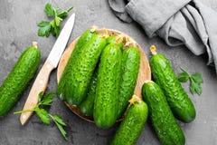 Verse komkommers op houten raad Stock Afbeelding