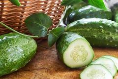 Verse komkommers op scherpe raad Stock Foto