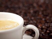 Verse kop van donkere geroosterde koffie Stock Afbeeldingen
