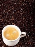 Verse kop van donkere geroosterde koffie Stock Fotografie