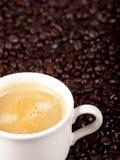 Verse kop van donkere geroosterde koffie Royalty-vrije Stock Foto's