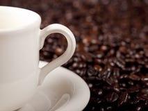 Verse kop van donkere geroosterde koffie Royalty-vrije Stock Afbeeldingen
