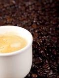 Verse kop van donkere geroosterde koffie Royalty-vrije Stock Foto