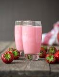 Verse koude aardbei smoothies met verse vruchten stock fotografie