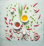 Verse kruiden, kruiden en tafelolie die op rustieke achtergrond samenstellen Stock Fotografie