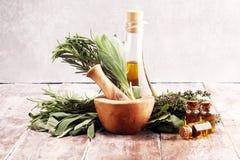 Verse kruiden van de tuin en de verschillende types van oliën voor massage en aromatherapy op lijst stock afbeelding