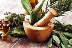 Verse kruiden van de tuin en de verschillende types van oliën voor massage en aromatherapy op lijst royalty-vrije stock afbeelding