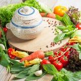 Verse landbouwbedrijfgroenten en kruiden op rustieke achtergrond Royalty-vrije Stock Fotografie