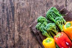 Verse landbouwers kleurrijke groenten van naast met ruimte Stock Foto's