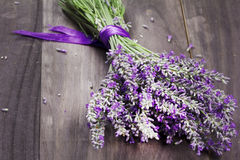 Verse lavendel op houten achtergrond Stock Foto's