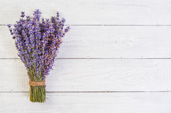 Verse lavendelbloemen op witte houten lijstachtergrond stock foto
