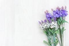 Verse lavendelbloemen van de lentetijd en zonnige dag op witte houten lijstachtergrond royalty-vrije stock afbeelding
