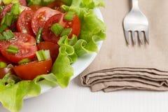 Verse lichte salade met kersentomaten en bieslook Stock Fotografie