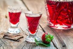 Verse likeur met aardbeien en alcohol stock afbeelding
