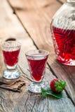 Verse likeur met alcohol en aardbeien royalty-vrije stock foto