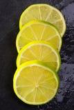 Verse lima plakken met waterdalingen op zwarte Royalty-vrije Stock Fotografie