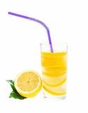 Verse limonade met geïsoleerde citroen Royalty-vrije Stock Foto's