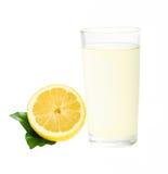 Verse limonade met geïsoleerde citroen Stock Foto