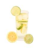 Verse limonade met kalk en citroen Stock Afbeeldingen