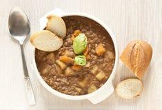 Verse linzesoep met aardappel stock foto