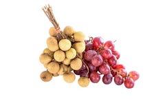 Verse longan en rode druiven op de isolate achtergrond Stock Fotografie