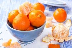 Verse mandarijnen in een ceramische kom Stock Afbeelding
