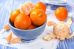 Verse mandarijnen in een ceramische kom Royalty-vrije Stock Afbeeldingen