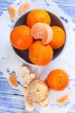 Verse mandarijnen in een ceramische kom Stock Afbeeldingen
